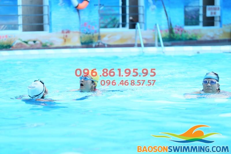 Lớp học bơi cho trẻ em bể Bảo Sơn 2018 có giáo viên nữ