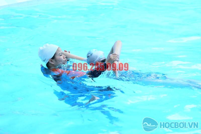 HLV Hà Nội Swimming hướng dẫn học viên bằng phương pháp dạy bơi chuyên biệt