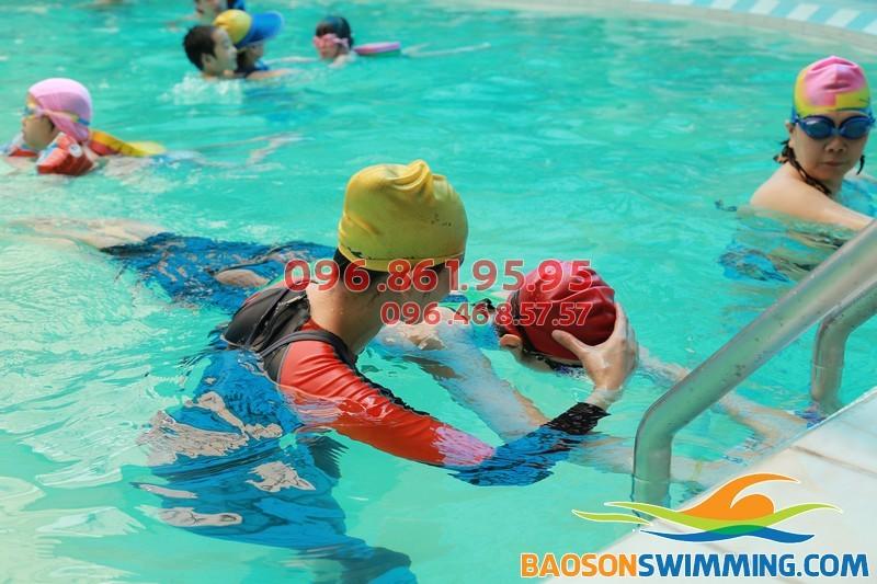 HLV dạy bơi kèm riêng học viên tại Bảo Sơn Swimming