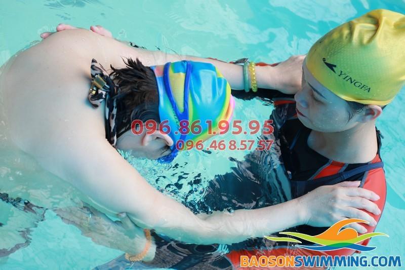 HLV Bảo Sơn Swimming hướng dẫn học viên lớp cấp tốc bằng phương pháp chuyên biệt đảm bảo hiệu quả
