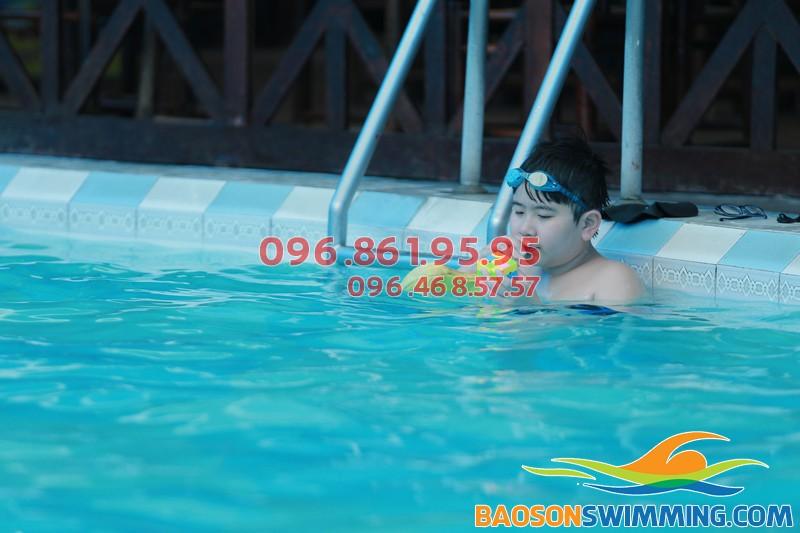 Bé biết bơi nhanh chóng khi tham gia học bơi tại Bảo Sơn Swimming