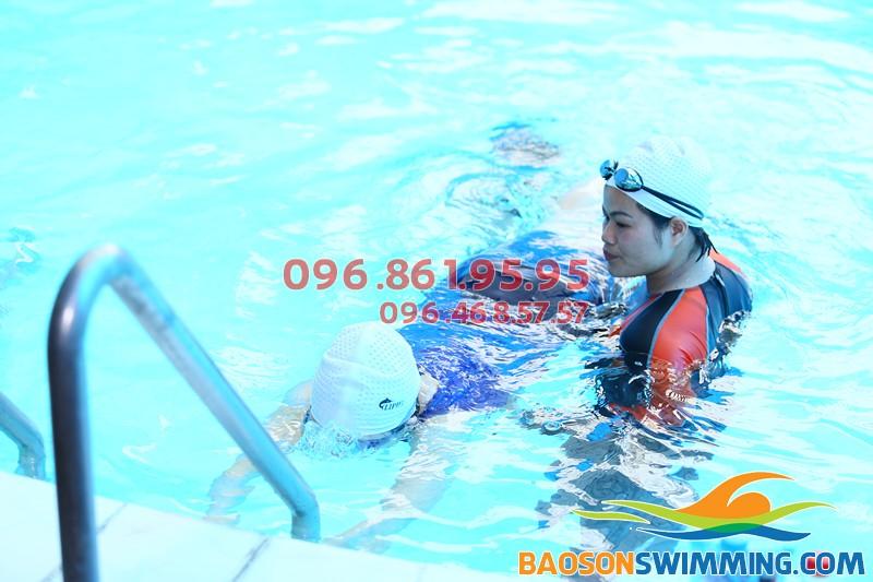 Lớp học bơi sải ở bể bơi khách sạn bảo Sơn với VĐV bơi chuyên nghiệp