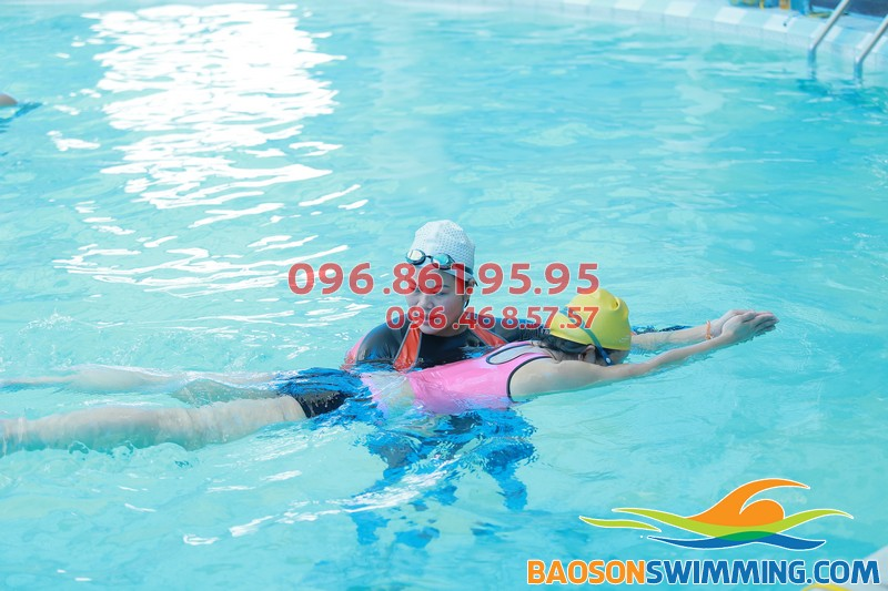 Học viên đang tham gia lớp học bơi cơ bản tại Bảo Sơn