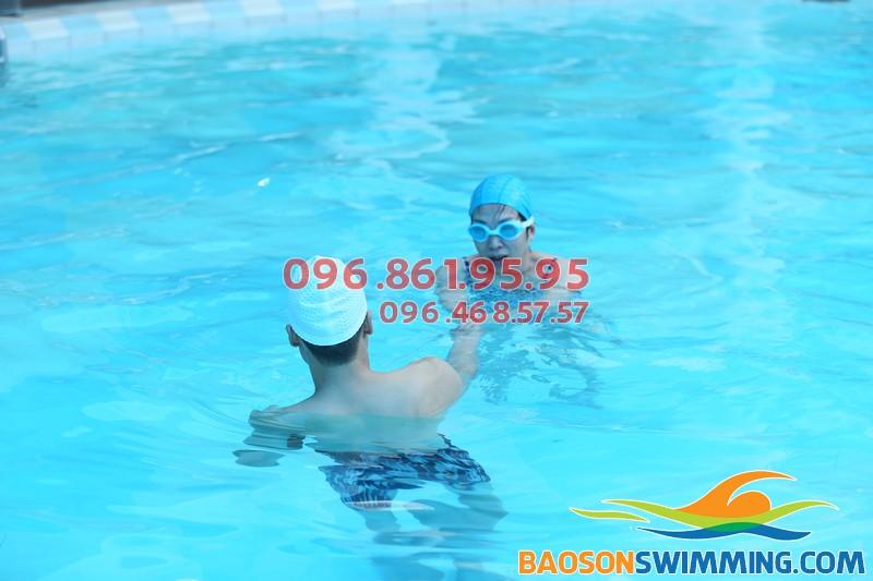 Học bơi kèm riêng là hình thức đảm bảo an toàn và chất lượng cho lớp học bơi trẻ em