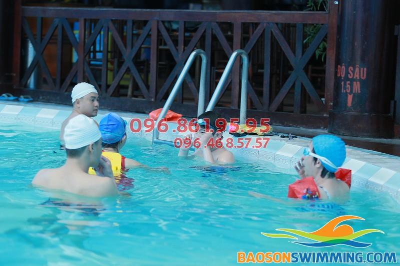 Cho bé tham gia học bơi là cách để phụ huynh giúp bé tự bảo vệ mình tốt nhất