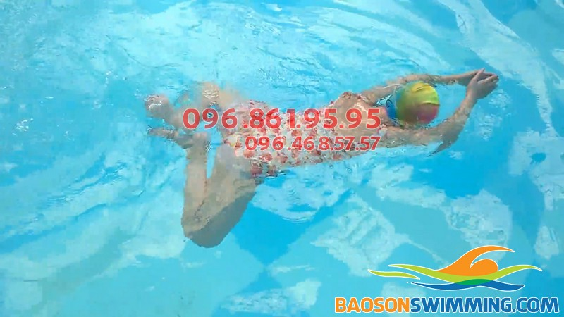 Học viên thực hiện kỹ thuật bơi ếch