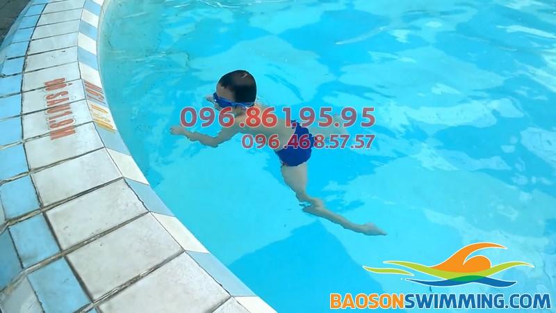Học viên trẻ em tập kỹ thuật bơi ếch