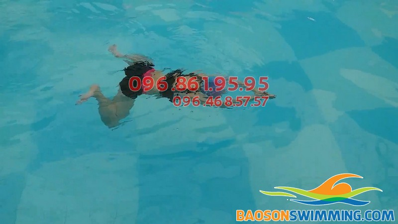 Học viên Hà Nội Swimming thực hiện kỹ thuật bơi ếch