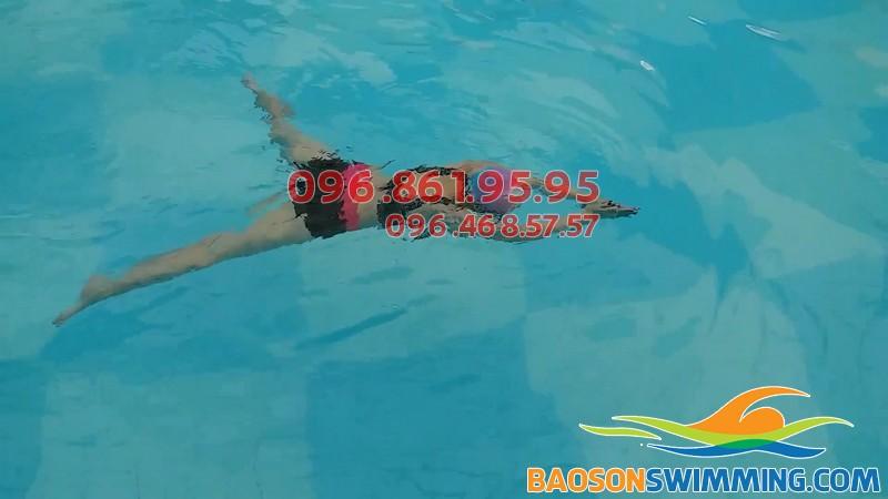 Học viên trẻ em của Hà Nội Swimming thực hiện kỹ thuật bơi ếch thành thạo