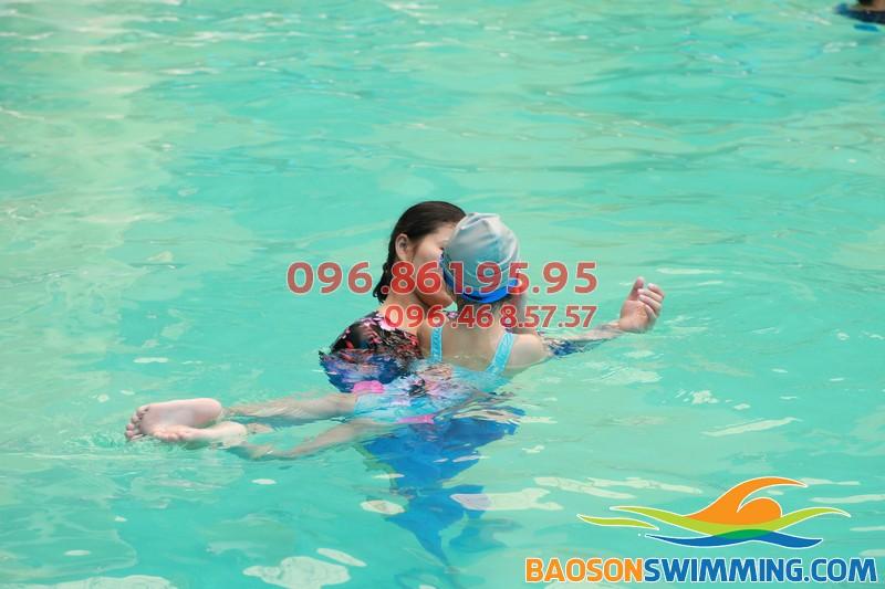 HLV Hà Nội Swimming hướng dẫn học viên trẻ em tại bể bơi Bảo Sơn