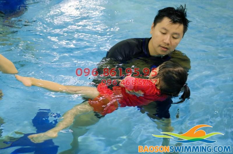 HLV Hà Nội Swimming hướng dẫn học viên trẻ em tại bể bơi Hapulico