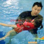 Lớp dạy học bơi 1 kèm 1 cho trẻ em tại bể bơi Bảo Sơn