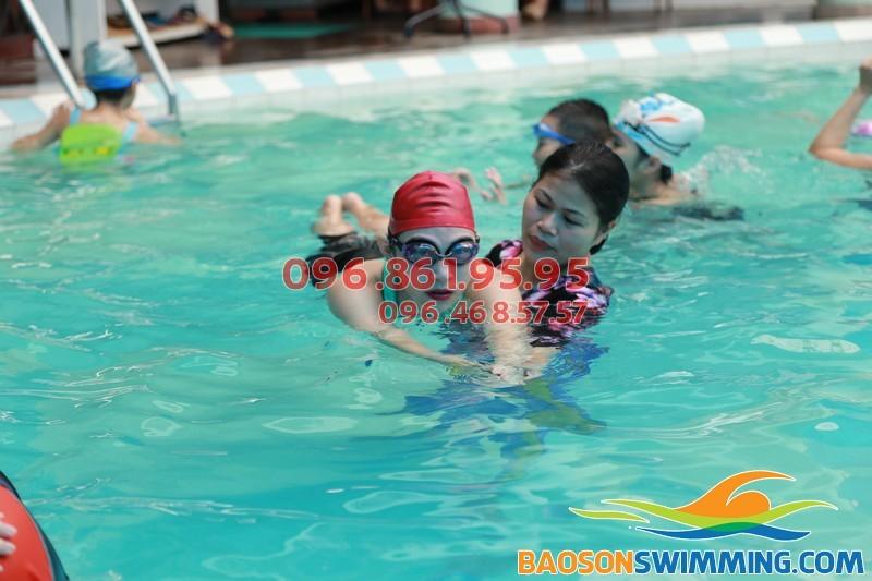 HLV Bảo Sơn Swimming hướng dẫn kèm riêng học viên trong lớp học bơi sải