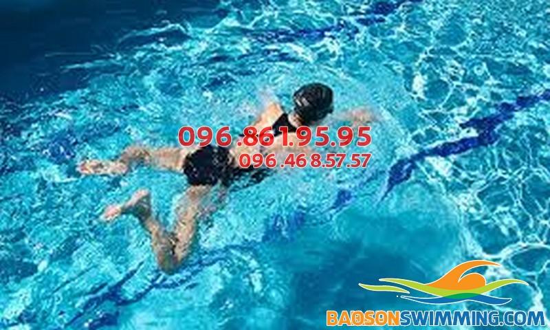 Sự vận động đều đặn và lực vừa phải của chân khi bơi ếch lại giúp bạn có được đôi chân thon hơn, đẹp hơn.