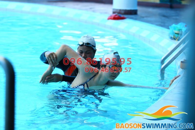 Học viên đang được HLV hướng dẫn kỹ thuật bơi sải