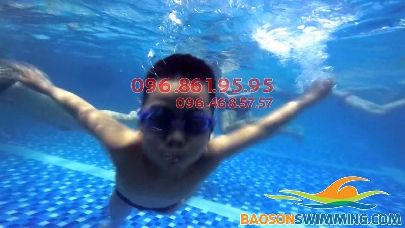 Chỉ từ 7 - 10 buổi bé đã có thể tự tin bơi lội khi tham gia lớp dạy bơi hapulico