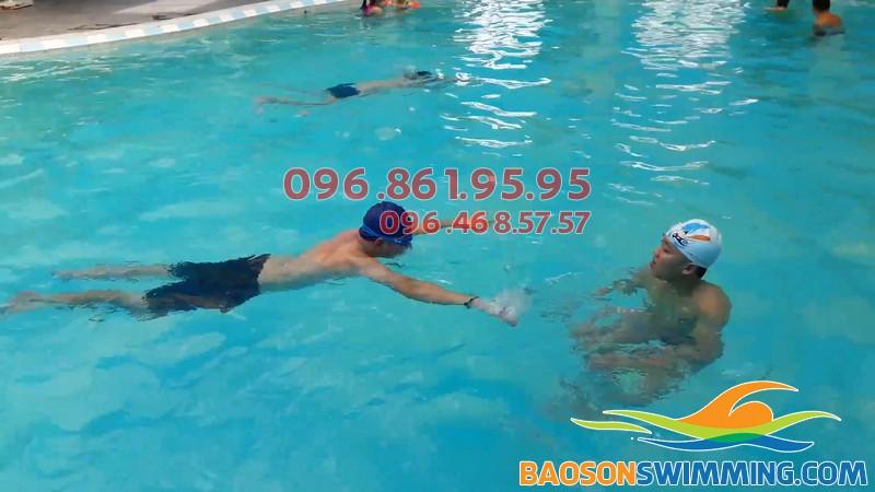 Lớp học bơi cho người lớn tại Bảo Sơn Swimming được tổ chức với hình thức dạy kèm riêng