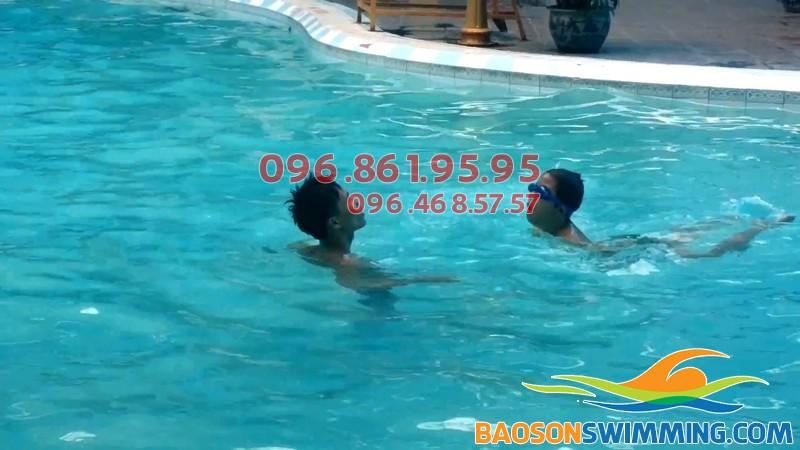 Bé được học bơi kèm riêng khi học bơi tại Bảo Sơn Swimming