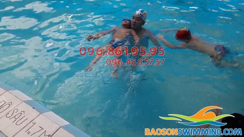 Các bé khá hứng thú khi được học bơi kèm riêng ở Bảo Sơn Swimming