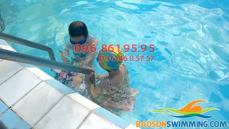 Học bơi kèm riêng bể Bảo Sơn là hình thức học an toàn cho trẻ nhỏ