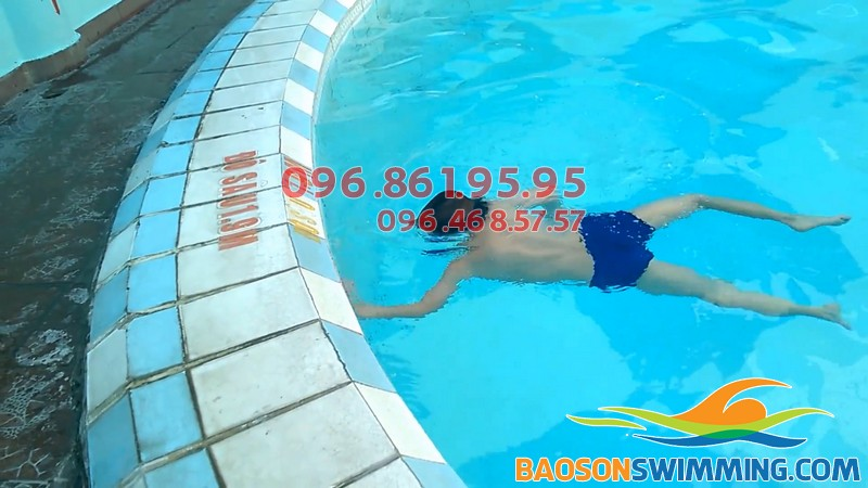 Bé 5 tuổi hoàn toàn có thể học bơi và bơi lội dễ dàng