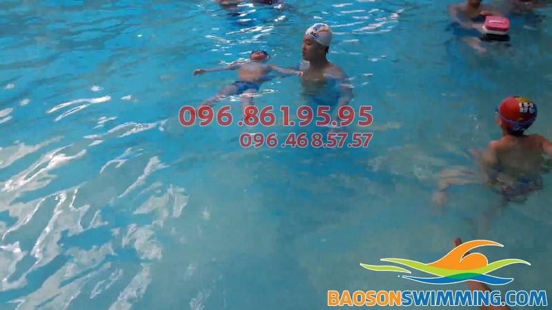 Bé học bơ ở Tăng Bạt Hổ sẽ được học bơi với hình thức dạy kèm riêng