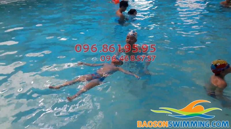 Bé được tập bơi kèm riêng hiệu quả cũng HLV chuyên nghiệp của Bảo Sơn Swimming