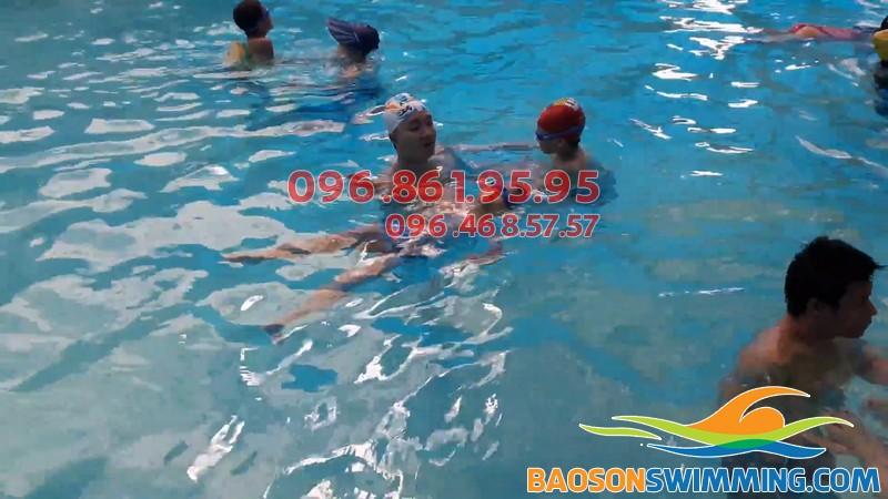 Lớp học bơi ở Mỹ Đình được tổ chức với hình thức dạy kèm riêng