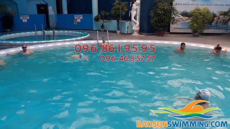 Nên cho bé tập bơi ở những bể bơi bốn mùa thông thoáng, sạch sẽ