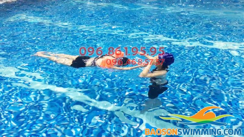 Dạy bơi kèm riêng là hình thức dạy bơi tốt nhất hiện nay
