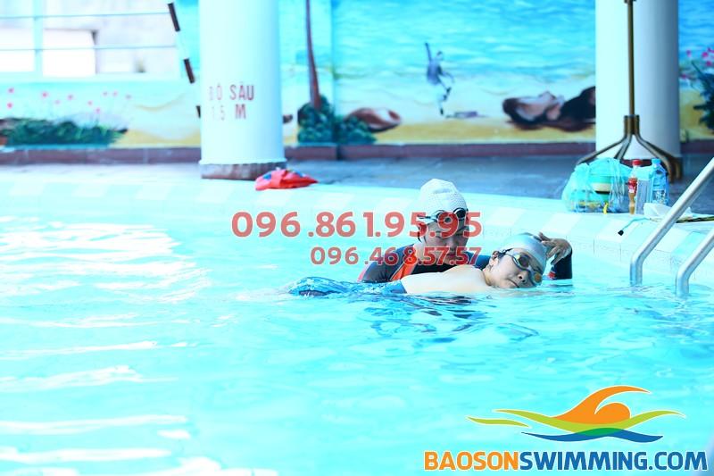 Lớp học bơi cho người lớn ở bể bơi bốn mùa khách sạn Bảo Sơn thu hút học viên nhờ chất lượng, HLV chuyên nghiệp