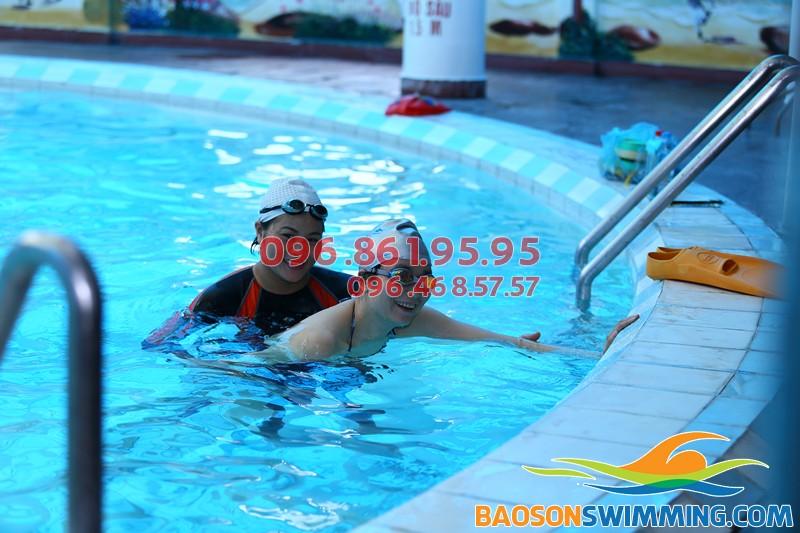 Hình ảnh thực tế lớp học bơi người lớn ở bể bơi khách sạn Bảo Sơn của Bảo Sơn Swimming