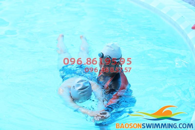 Lớp học bơi người lớn ở Bảo Sơn được tổ chức với hình thức dạy kèm riêng