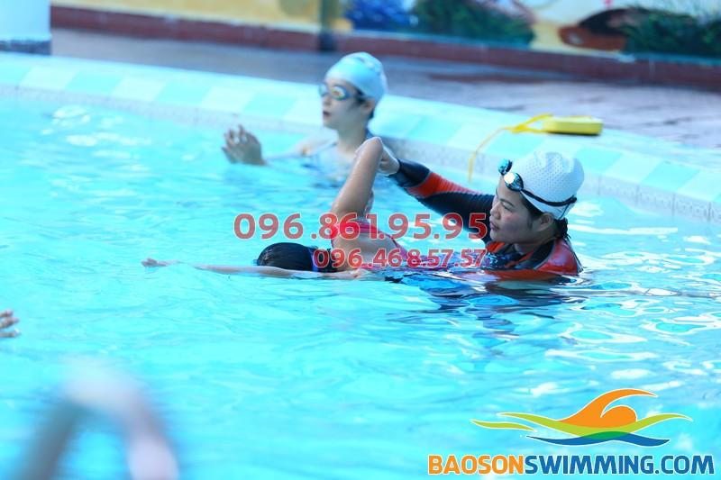 HLV chuyên nghiệp của Bảo Sơn Swimming hướng dẫn học viên học bơi sải