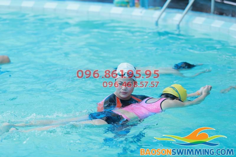 Học viên tham gia học bơi ếch ở Bảo Sơn