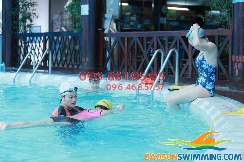 HLV của Bảo Sơn Swimming hướng dẫn học viên học bơi ếch