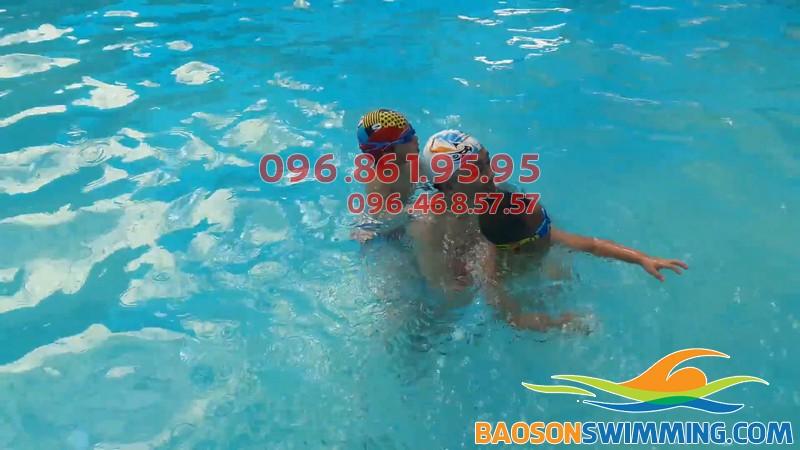 Bé được học bơi kèm riêng cùng HLV chuyên nghiệp