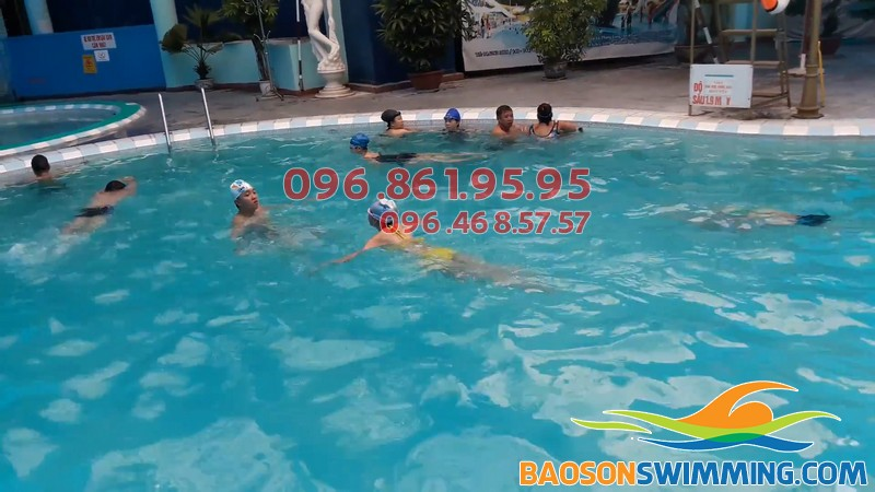 Cho bé học bơi bơi ở Bảo Sơn, phụ huynh nên cho bé tham gia lớp học bơi kèm riêng