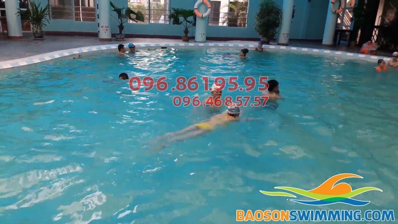 Cho bé học bơi ở Bảo Sơn phụ huynh nên chọn lịch học cho bé tránh những giờ cao điểm