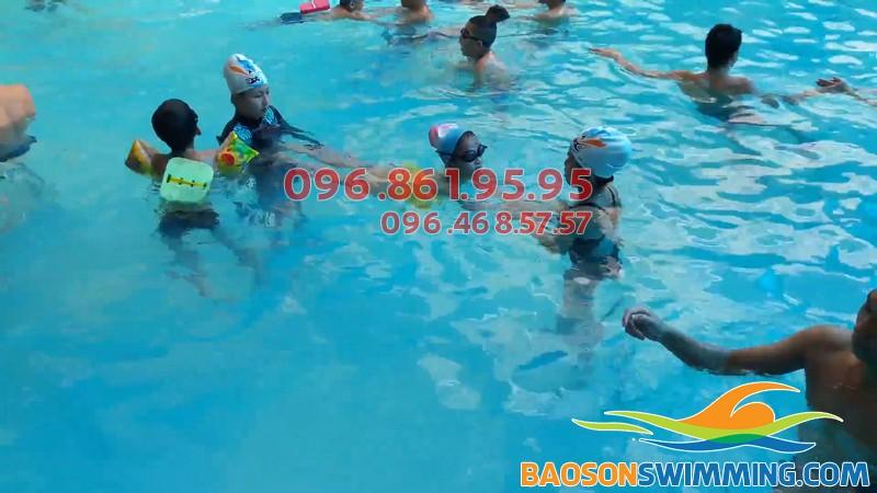 Các bé sẽ được học bơi kkefm riêng tại bể bơi Bảo Sơn
