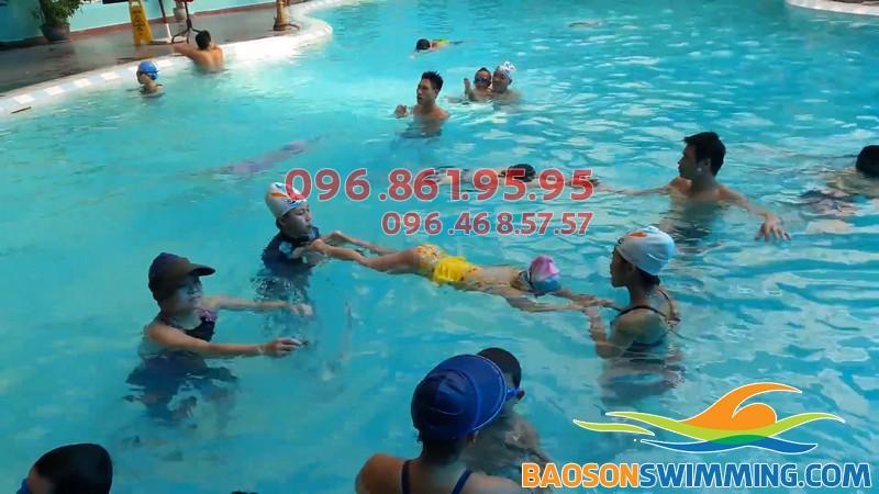 Bé 4 tuổi học bơi ở Bảo Sơn được học với hình thức dạy kèm riêng