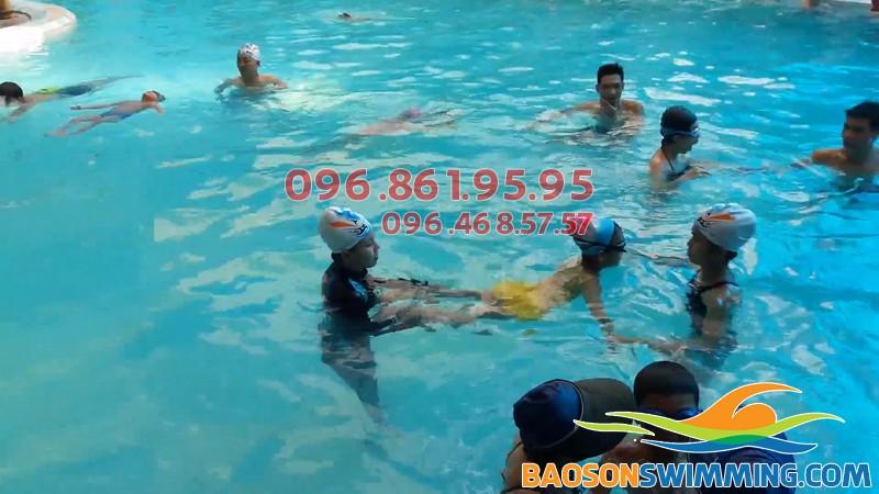 Bé được học bơi ở Bảo Sơn với hình thức kèm riêng chất lượng