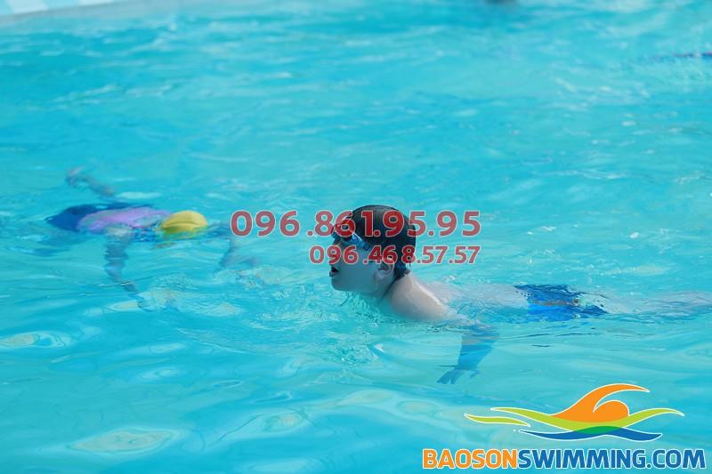 Day học bơi cho trẻ em ở bể bơi khách sạn Bảo Sơn