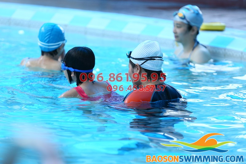 Lớp học bơi cho trẻ em ở bể bơi Bảo Sơn cho bé gái có HLV nữ kèm riêng