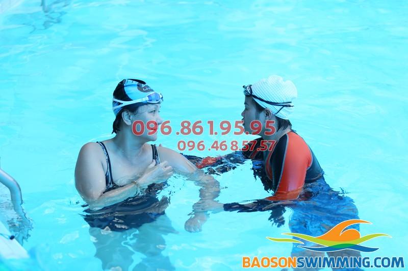 Học viên được giáo viên hướng dẫn cụ thể, chi tiết từng kỹ thuật học bơi