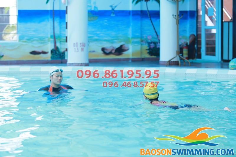 Bé học bơi ở Bảo Sơn vừa được học bơi đúng kỹ thuật lại được học những kỹ năng mềm cực cần thiết khi bơi