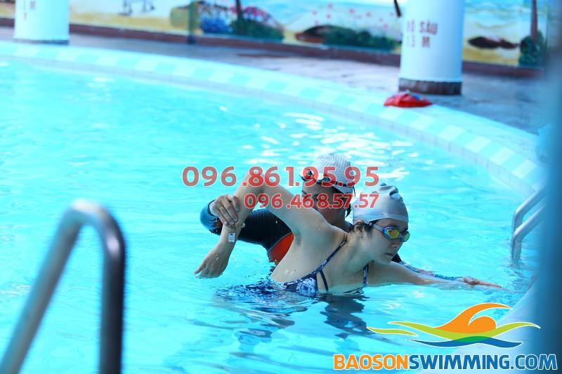 1 khóa học bơi bao nhiêu tiền còn phụ thuộc vào việc lựa chọn lớp học, hình thức học và trung tâm học bơi