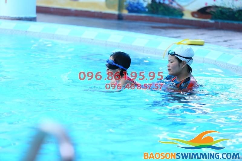 Bé được học bơi chuẩn kỹ thuật và các kỹ năng bơi an toàn khi học bơi ở Bảo Sơn