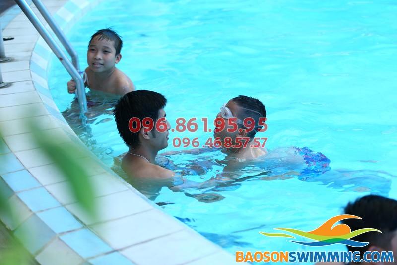 Bé học bơi kèm riêng tại Bảo Sơn an toàn, chất lượng