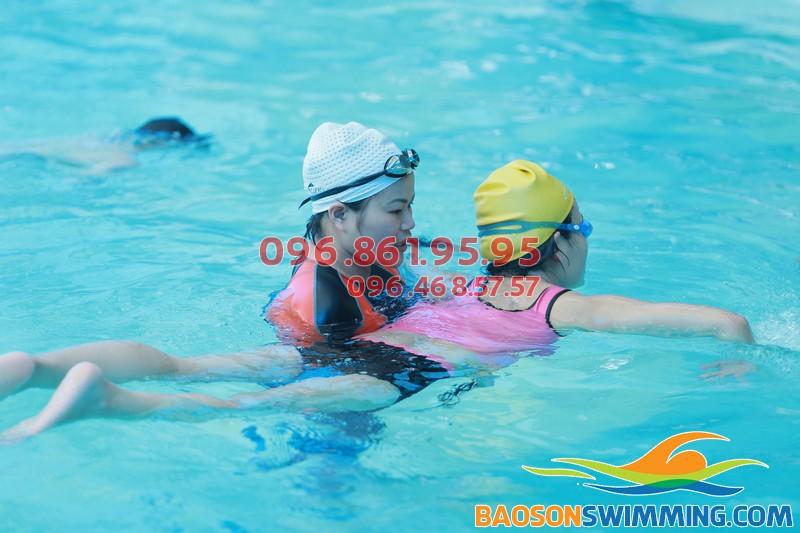 Lớp học bơi người lớn ở Bảo Sơn được tổ chức với hình thức dạy kèm riêng nhằm đảm bảo chất lượng được nâng lên cao nhất